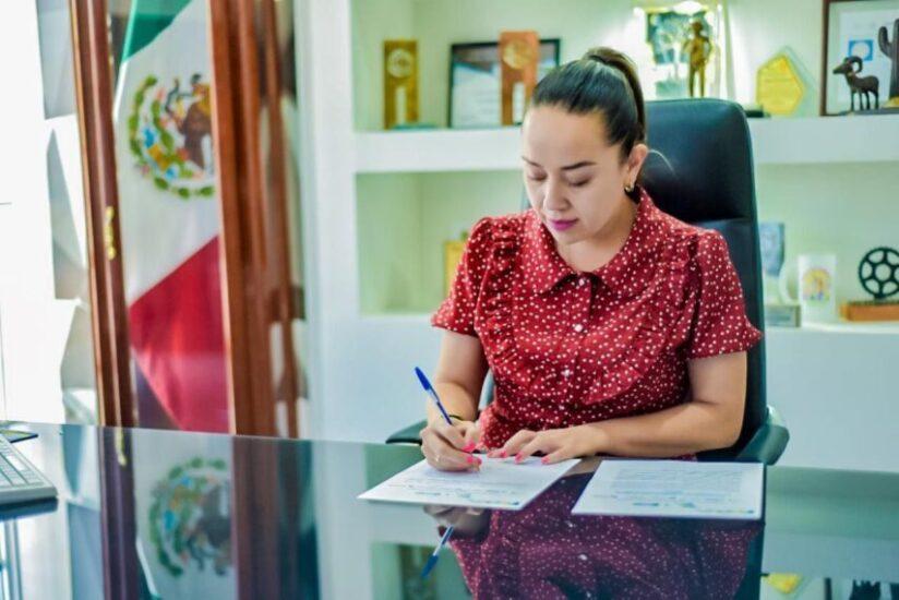 Firma del compromiso por el Desarrollo Sustentable y la Acción Climática de la Presidenta Municipal Aidé López de Anda en Saucillo, Chihuahua.