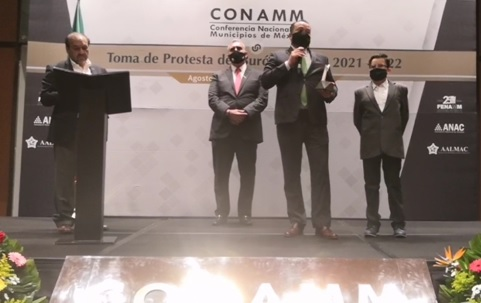 Pie de foto: De izquierda a derecha, el Sr. Sergio Arredondo, Secretario Ejecutivo de FLACMA, el Sr. César Garza Villarreal, Alcalde de Apodaca y Presidente de CONAMM, el Sr. Edgar Villaseñor Franco recibiendo el Premio a la Excelencia Municipalista y su hijo Edgar Luke, acompañándolo en la ceremonia.